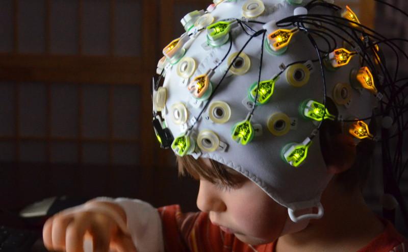 اكتشاف آلية دماغية تتنبأ بصفة الكرم لدى الأطفال