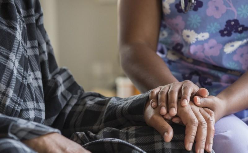 الرعاية التلطيفية تضمن إطالة وتحسين حياة المرضى