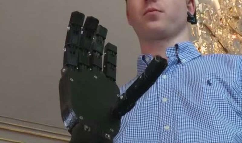 مراهق عبقري يبتكر أرخص يد صناعية تحركها الأفكار بالطباعة ثلاثية الأبعاد