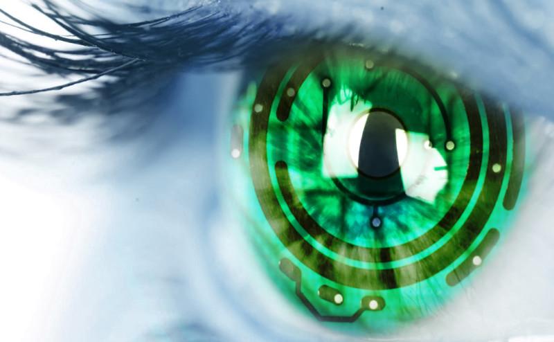 أول رجل في العالم يزرع عيناً إلكترونية