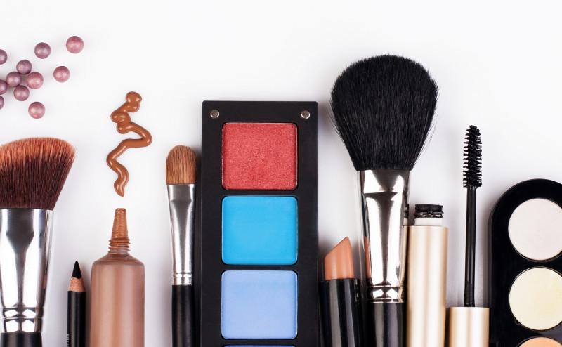 10 مكونات سامة قد تكون موجودة في مستحضرات التجميل