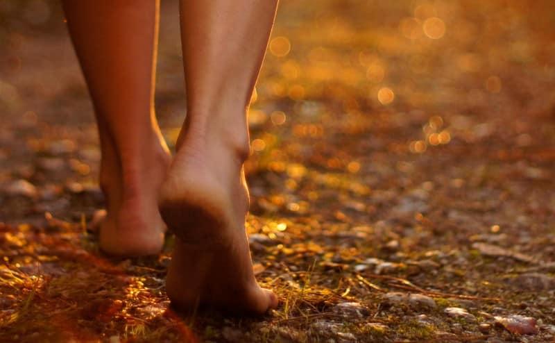 المشي حافياً يساعد على تجنب الإصابات ويحسّن من توازن الجسم واستقراره