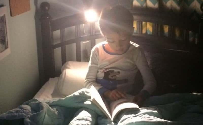 هل القراءة في الظلام مؤذية للعينين؟