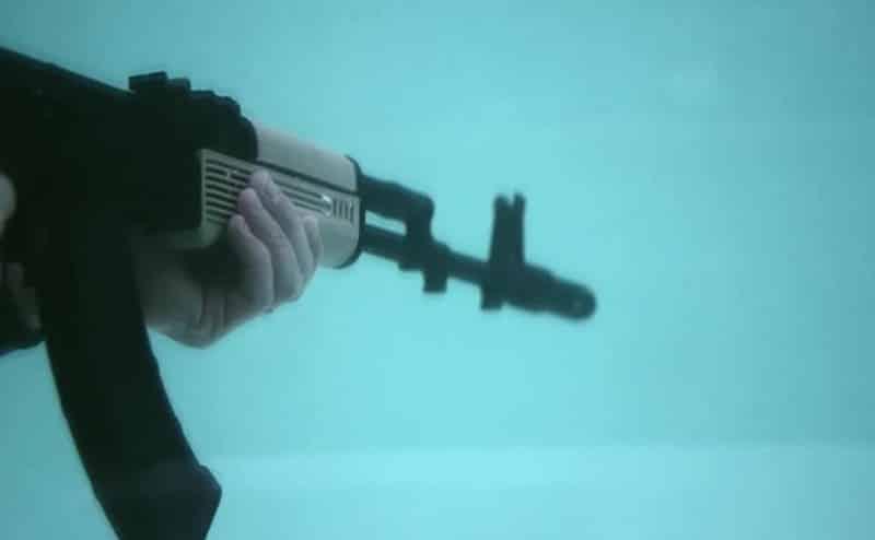 بالفيديو: التجربة الخطيرة؛ عالِم يطلق على نفسه النار في المياه ليختبر نظريته