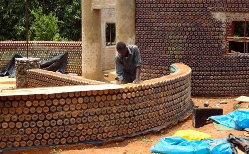 منازل بلاستيكية مبنية من العبوات والطين في نيجيريا