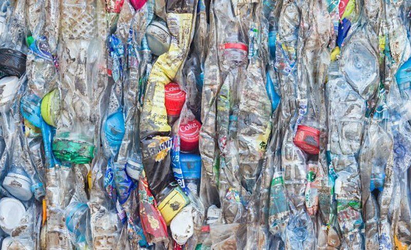 العلماء يريدون إنقاذ أكياسك وزجاجاتك من القمامة لتصير وقود سيارتك الجديد