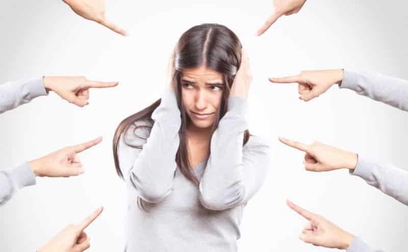 من وجهة نظر علم النفس، لماذا تنتشر بيننا ثقافة إلقاء اللوم على الضحية؟