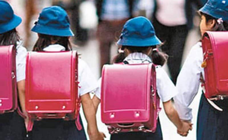 كيف يمكن أن تؤذي حقيبة الظهر الثقيلة طفلك!