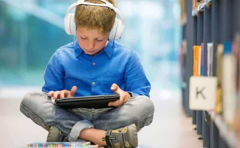 """الآباء يكافحون للتعامل مع عادات أطفالهم """"التقنية"""""""