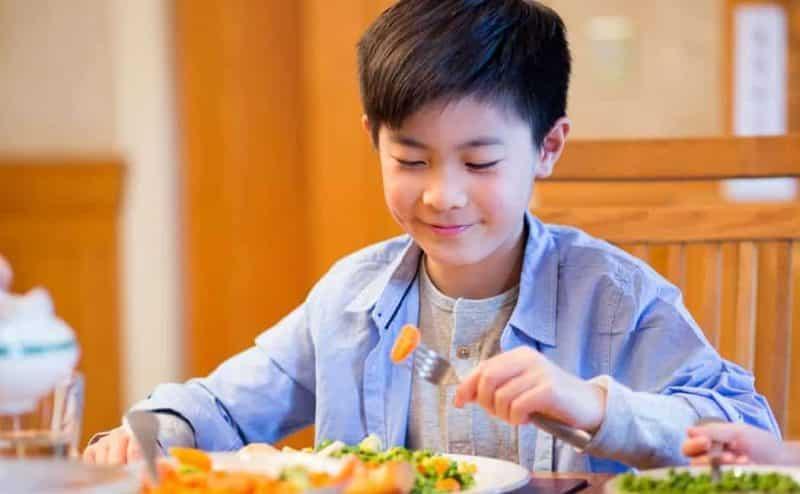 تجنب تقديم هذه الأطعمة إلى طفلك فهي خطيرة جدًا !