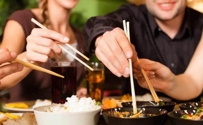 الشوكة..الأصابع .. العيدان ..ماذا يستخدم  7.5 مليار شخص لتناول الطعام؟