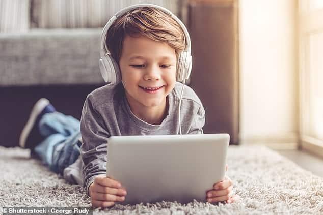 خبراء يحذرون من أن سماعات الأطفال قد تُفقِدهم السمع في سن مبكرة