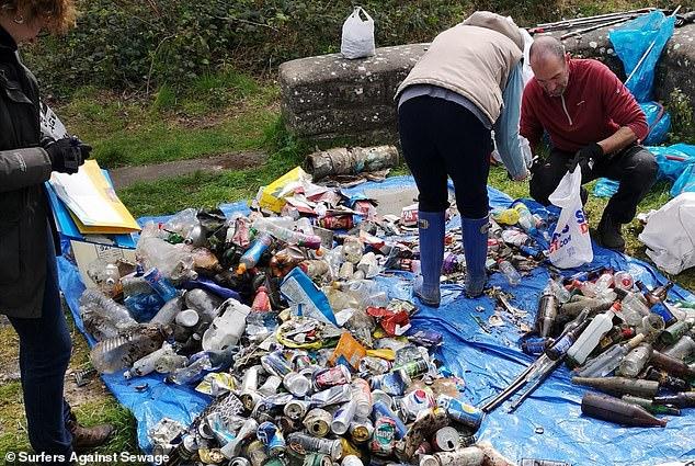 أكثر من نصف النفايات التي تنتهي على الشواطئ والأنهار تصنعها عشر شركات فقط