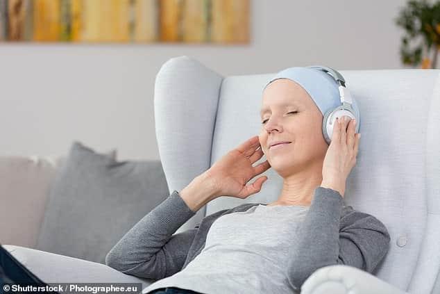 الاستماع إلى الموسيقى يمكن أن يخفف من آلام مرضى السرطان