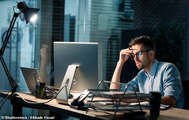 العمل أكثر من 10 ساعات يعرضك للإصابة بالجلطة الدماغية