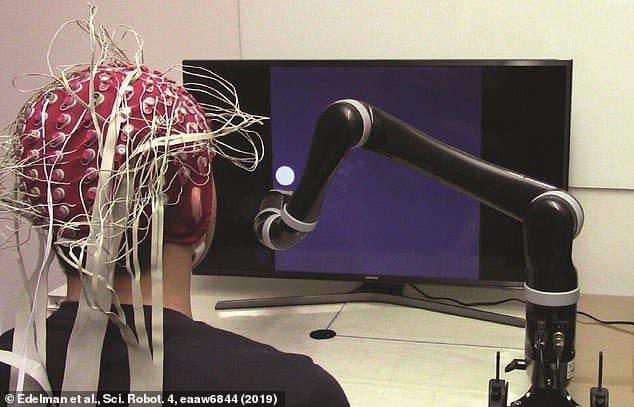 """ذراع آلية يتم التحكم فيها كليا من خلال التفكير لمساعدة مرضى """"الشلل"""""""