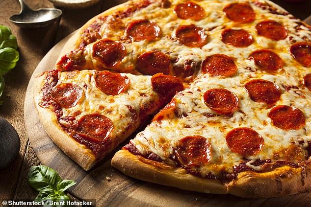 """""""اللحوم المصنعة والبيتزا والمشروبات الغازية"""" تسبب نقص الخصوبة لدى الرجال"""