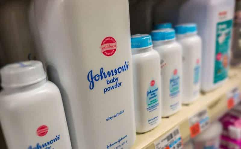 """شركة J&J تدفع 300 مليون دولار لامرأة أمريكية أصيبت بالسرطان بسبب """"بودرة التالك"""""""