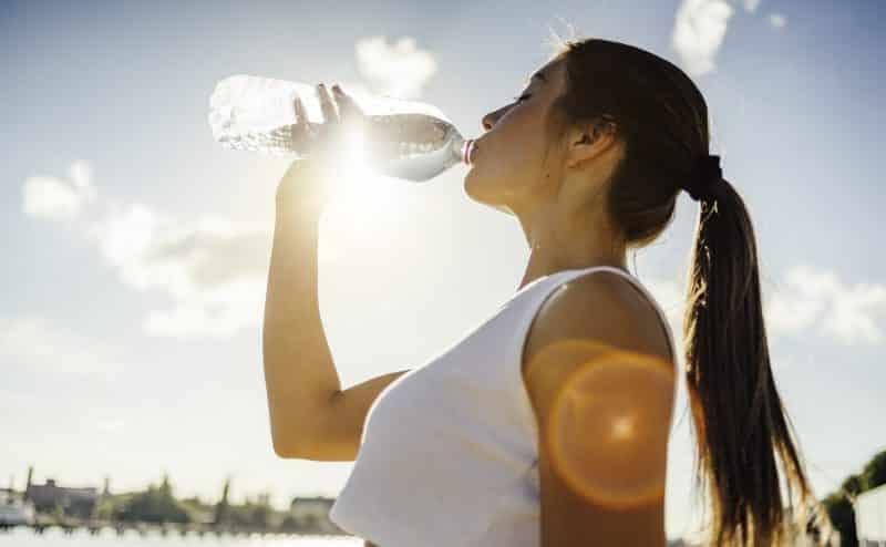 سبب مفاجئ سيجعلكِ تشربين المزيد من الماء