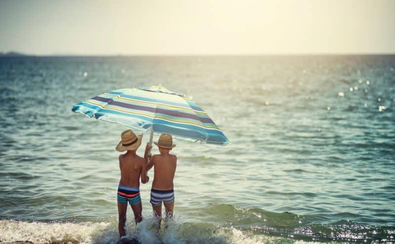 """حماية الأطفال من الشمس لا تتعلق فقط بـ """"واقٍ من الشمس"""""""