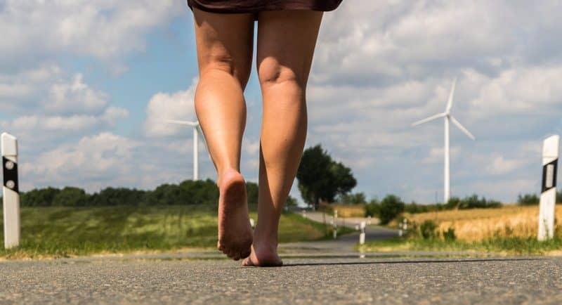 ولدنا لنسير حفاة والأحذية تسبب لنا الضرر، دراسة جديدة تؤكد ذلك
