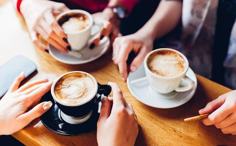 القهوة أو غيرها من المشروبات المحتوية على الكافيين قد تكون سببا للصداع النصفي