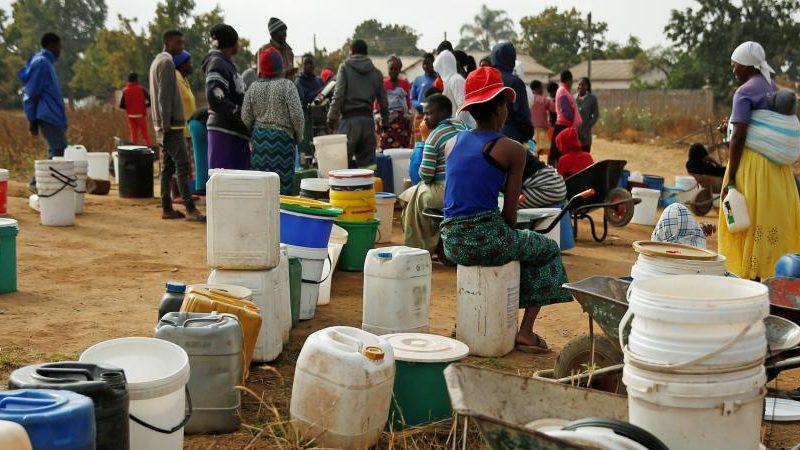 في ظل الأزمة الاقتصادية الخانقة.. المياه تصبح سلعة نادرة في عاصمة زيمبابوي