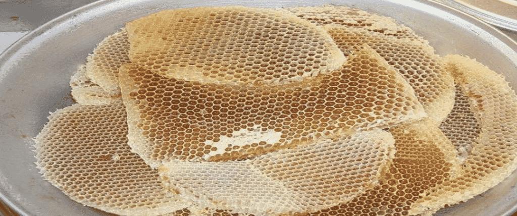 صورة توضح منتجات نحل العسل – شمع النحل.