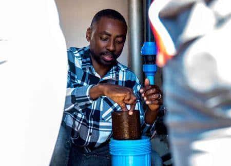 شاب إفريقي يبتكر نظاما لتنقية المياه يستخدم أصداف جوز المكاديميا