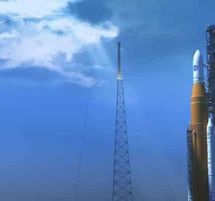 صورة توضح صاروخ نظام الانطلاق الفضائي SLS في ارتفاعه الكامل على منصة الإطلاق.