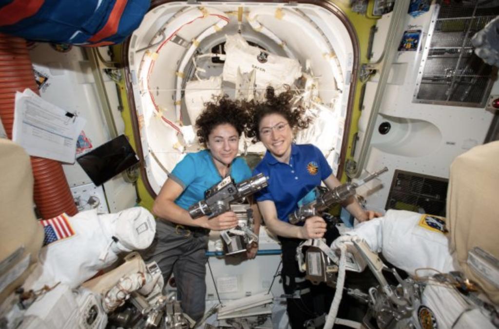 صورة توضح رائدتي الفضاء كريستينا كوخ، وجيسيكا مير. الحقوق: ناسا.