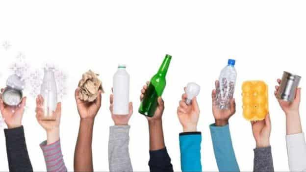 """هل صحيح أن فرض حظر على العبوات البلاستيكية """"يمكن أن يضر بالبيئة""""؟"""