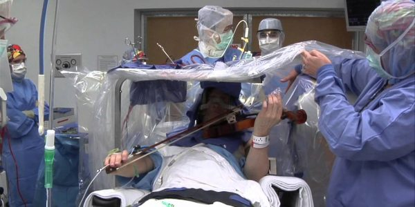 عزف الكمان أثناء العلمية